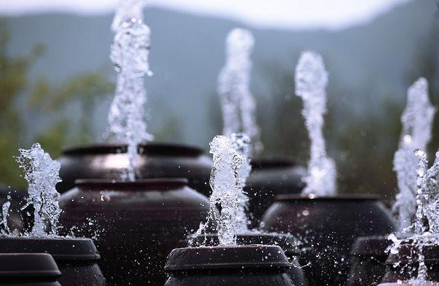 Varias fuentes eyaculando un chorro de agua hacia arriba
